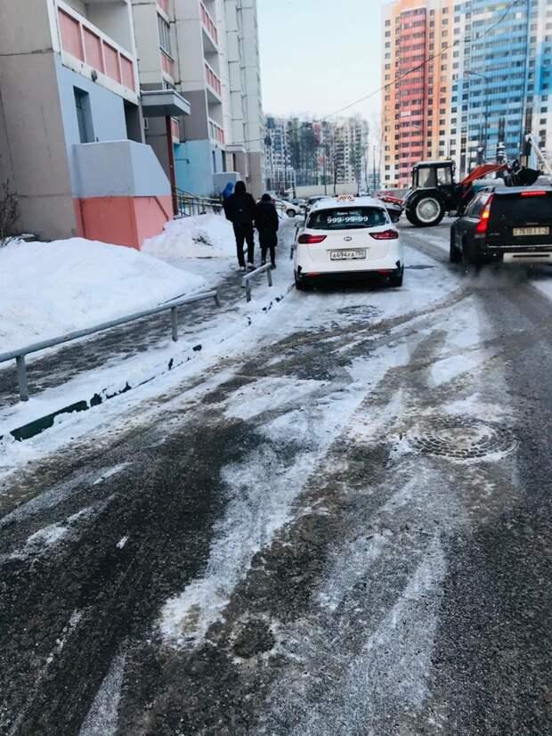 Коммунальщики убрали снежные сугробы у дома на Дмитровке