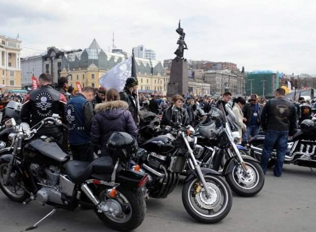 Голые байкеры, рассекающие по ночным улицам Москвы, попали на видео