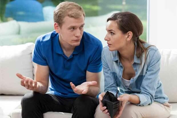 Родители пустили к себе жить, чтобы молодые могли накопить на квартиру, и теперь устраивают скандал из-за каждого потраченного рубля: «Вы так никогда не накопите!»