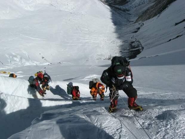 Китай запретил подниматься на Эверест из-за коронавируса в Непале