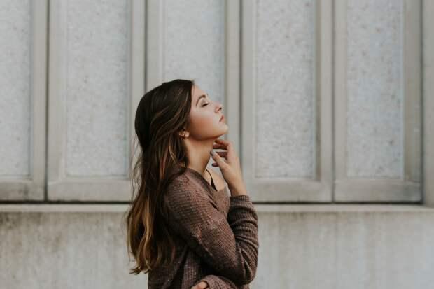 Женщина возле стены