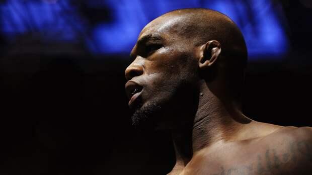 Чемпион UFC Джонс отобрал баллончики скраской увандалов. Боец выступает против беспорядков вСША