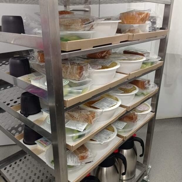 Доставка индивидуальных рационов питания в палаты.