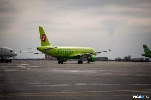 В Толмачево экстренно приземлился самолет из Москвы — одной из пассажирок стало плохо