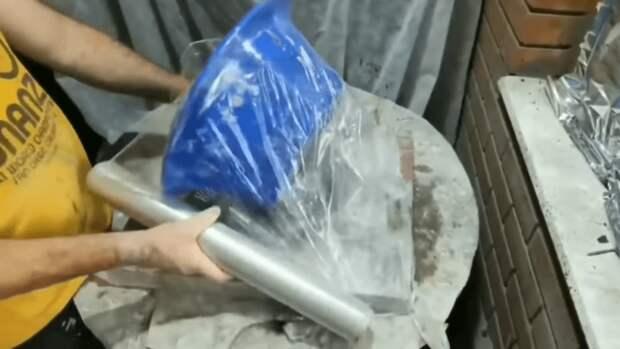 Лопнувшая пластиковая посуда стала отличной формой для ландшафтного дизайна