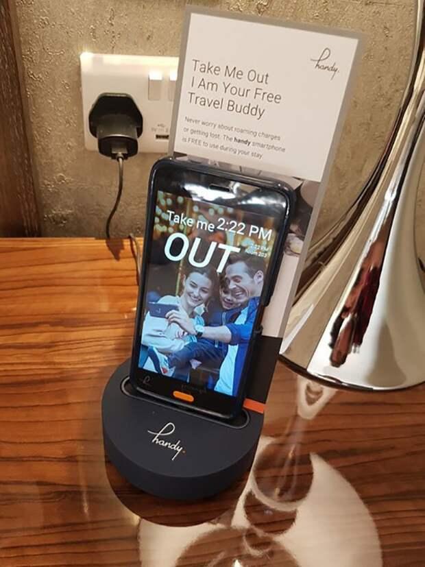 Постояльцам отеля в качестве комплимента предлагают на время размещения смартфон с информацией о городе и бесплатными звонками идеи, необычно, нестандартно, нестандартные идеи, оригинально, оригинальные решения, проблемы, решения