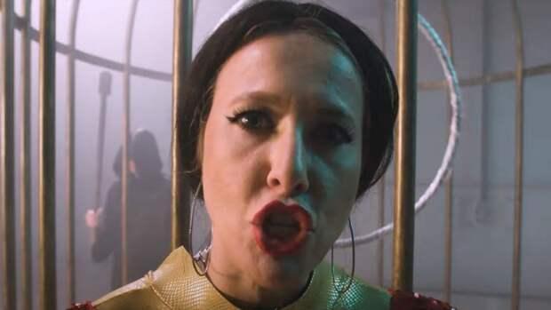 Собчак спародировала сыгравшую на сцене МХАТа Бузову в новом ролике
