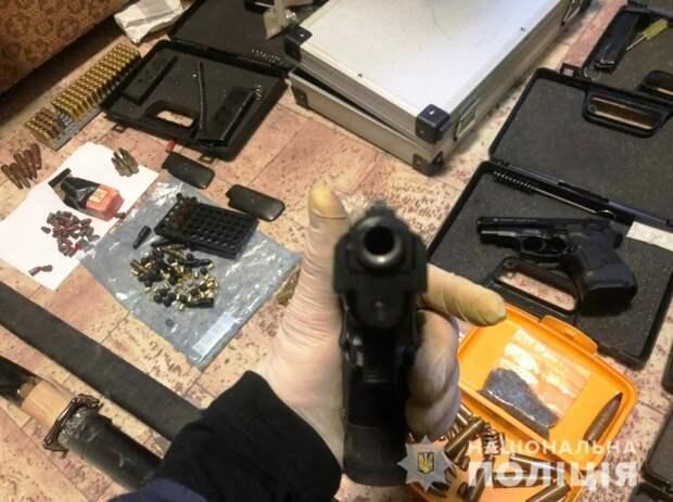 В Херсоне у мужчины изъяли арсенал оружия и боеприпасов