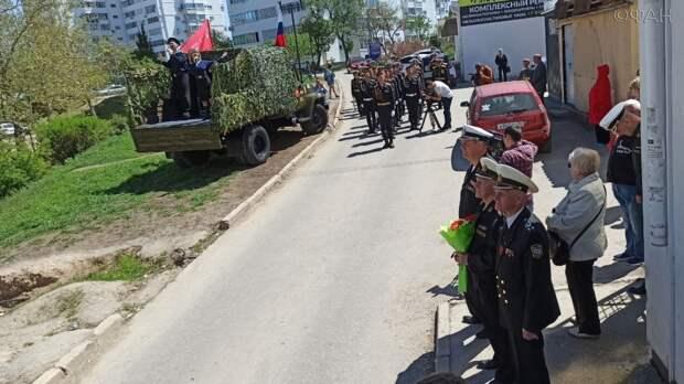 Парад Победы под окнами ветерана ВОВ в Севастополе растрогал присутствующих до слез