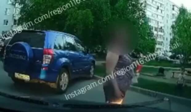 Пешеходы Казани занимают места напарковках— автомобилисты вярости