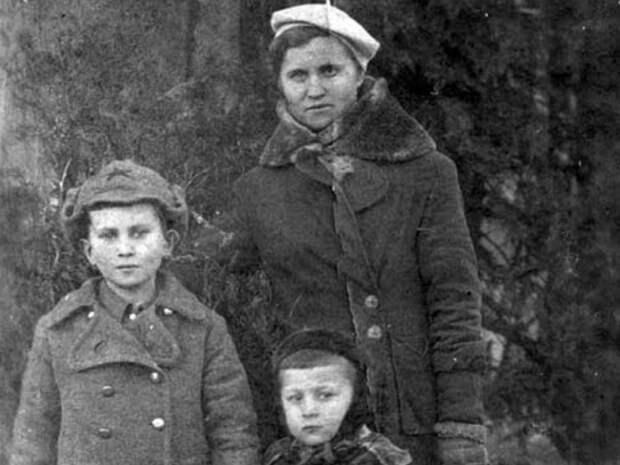 Валерий Арутюнов с матерью и старшим братом/ из личного архива