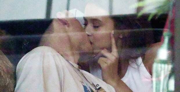 Бруклина Бекхэма застали целующимся с моделью Playboy