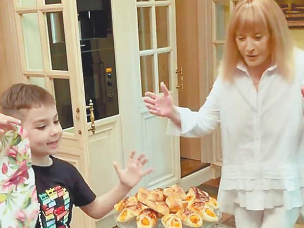 Пугачева и Гарри Галкин поделились рецептом пирожков: морковь и ваниль
