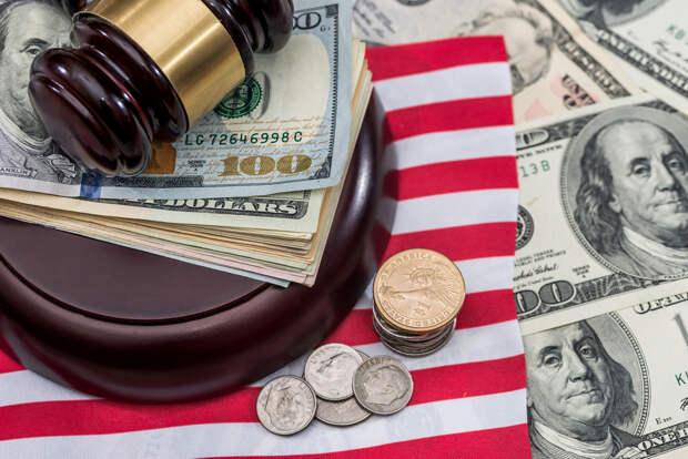 США: суд придавили коленом