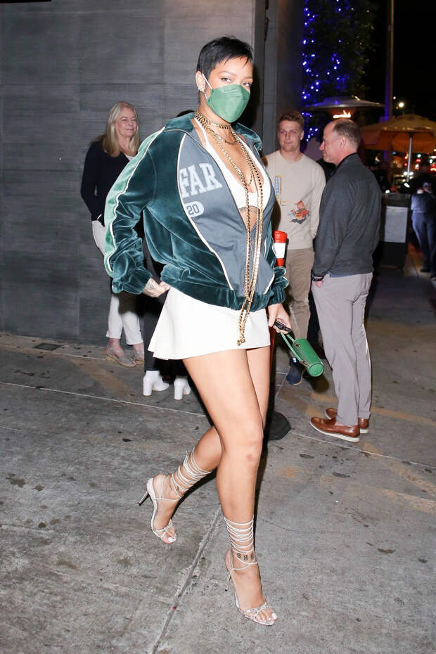 Бархатный бомбер + экстремально короткая юбка: эффектный образ Рианны