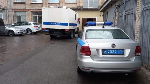 Водитель-лихач врезался в забор при задержании полицией в Петербурге