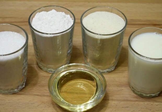 Пирог «4 стакана»: смешиваем кефир, манку, муку и сахар