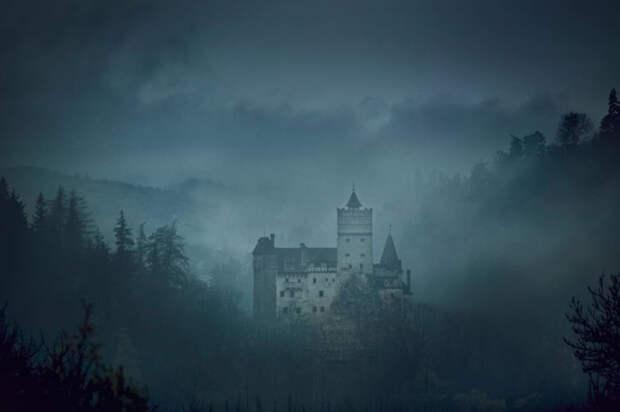 Замок Бран - знаменитый замок Дракулы в Трансильвании.