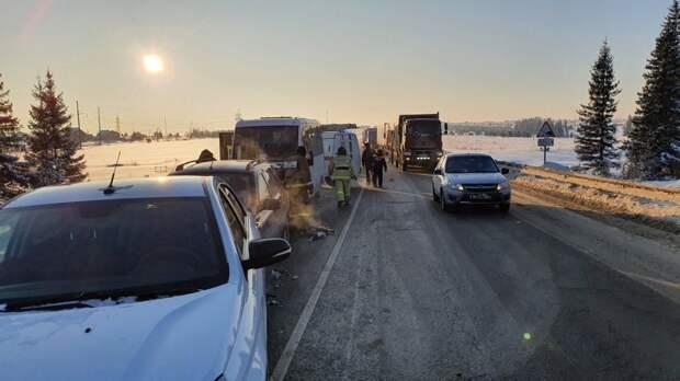 Микроавтобус и 4 легковых авто столкнулись на трассе в Удмуртии