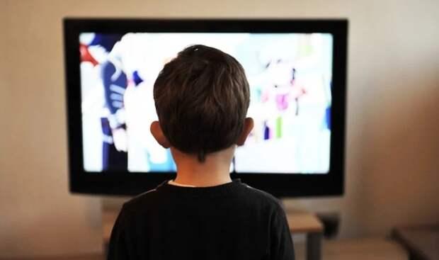 Роспотребнадзор рассказал, на каком расстоянии дети должны смотреть ТВ