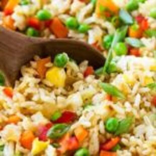 Рассыпчатый рис с овощами на сковороде
