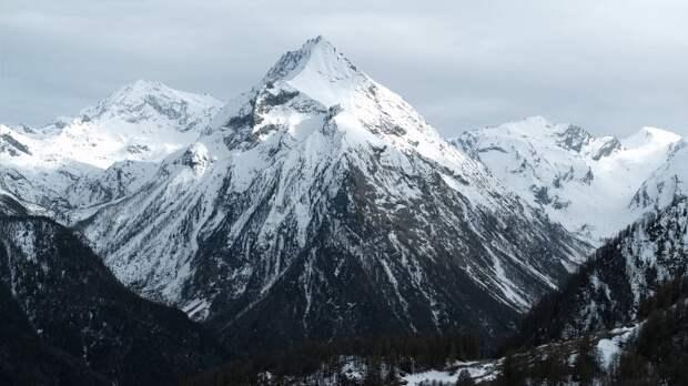 Спасатели спустили получившего солнечные ожоги альпиниста с Эльбруса