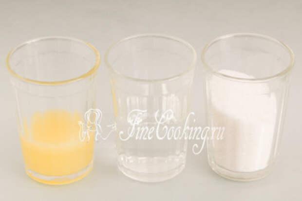 Для приготовления лимонного сиропа нам понадобится простая питьевая вода, сахарный песок и лимонный сок, который мы уже успели выжать