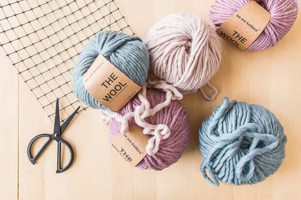 С помощью сетки и разноцветной пряжи можно сделать отличную вещицу