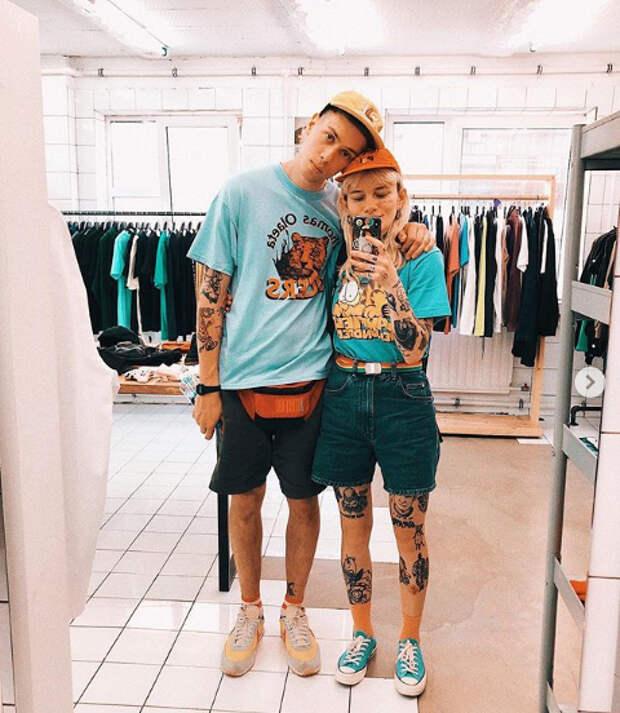 парень и девушка делают селфи