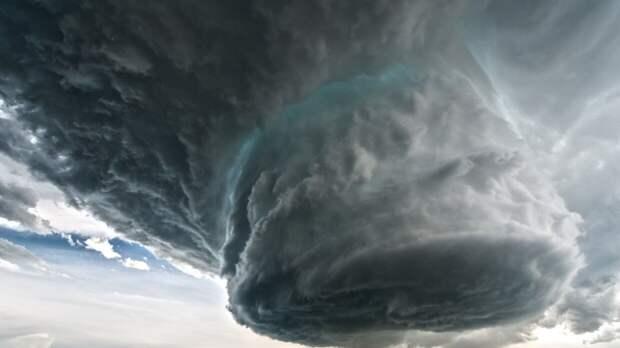 Шесть человек стали жертвами торнадо в центре Китая
