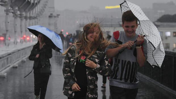 На Москву надвигается гроза со шквалистым ветром и град