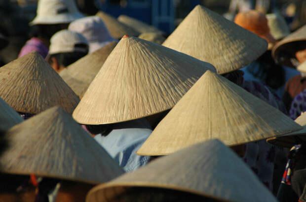 Нон Ла не утратили свою популярность и сегодня, шляпы с удовольствием носят деревенские и городские жители / Фото: divo-ra.blogspot.com
