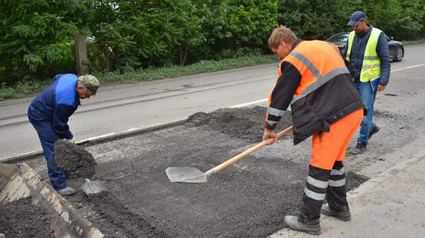 ВРостове-на-Дону коммунальщики срочно заделывают ямы надорогах
