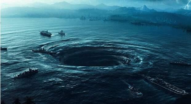 То, как сливается вода в Марианской впадине, на поверхности не видно. Водоворот, к счастью, пока не образуется.