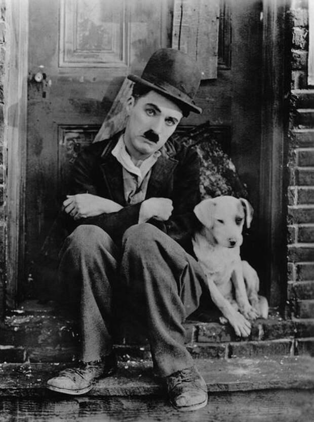 На съёмках фильма «Собачья жизнь», 1918 год (Wikimedia / janusfilms.com/)