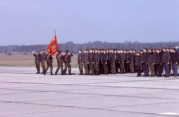 Церемония проводов 33-го гвардейского истребительного авиационного полка 16-й воздушной армии Западной группы войск, выводимого в Россию. Виттшток. ФРГ. Июнь 1993 года.