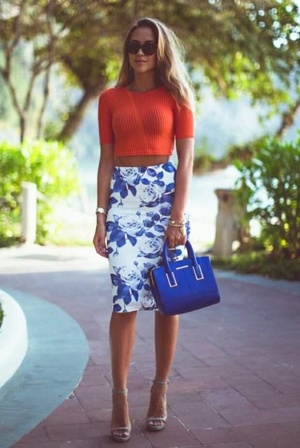 Отличное сочетание юбки с рисунком и оранжевого укороченного топа. Стильная сумочка безупречно дополняет образ. /Фото: avatars.mds.yandex.net