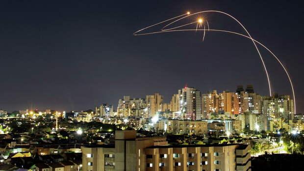 Противоракетная система Железный купол перехватывает ракеты, запущенные из сектора Газа, в небе над Ашкелоном - РИА Новости, 1920, 17.05.2021