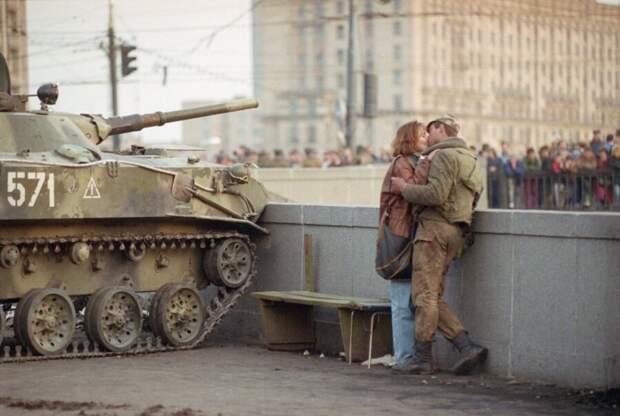 Солдат со своей девушкой во время августовского путча. Россия. 1991