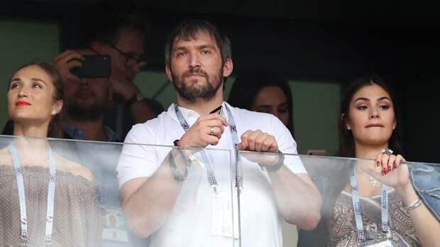 Овечкин побывал нафинале Лиги чемпионов. Фанат «Барсы» уже был замечен всимпатиях к«Ливерпулю»