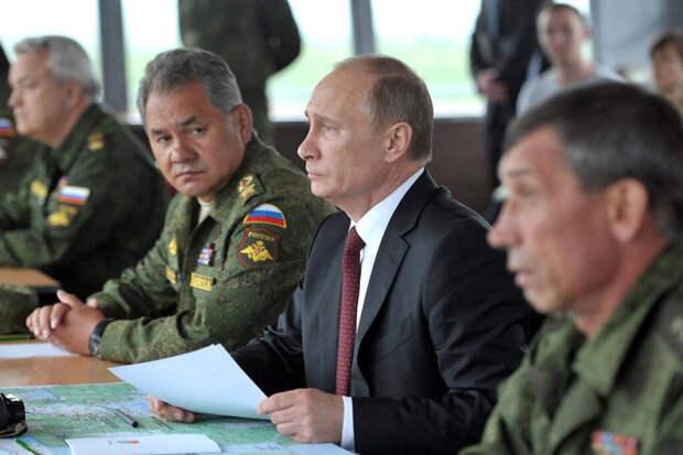 Песков рассказал, почему Путин не носит военную форму