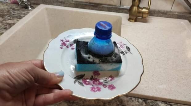 Теперь мытье посуды стало для меня немного легче. Все благодаря нехитрой самоделке из бутылки и губки