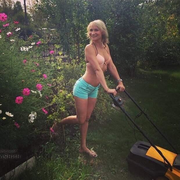 3. Если работать, то только с улыбкой дача, дачница, девушка, лейка, лето, огород, отдых, природа