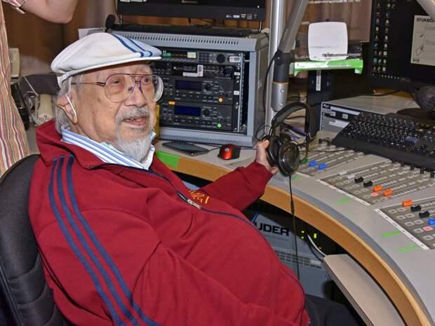 Самый старый в мире диджей ушел на пенсию в возрасте 96 лет