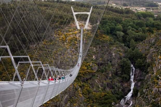 10 минут над пропастью: в Португалии открыли самый длинный подвесной мост