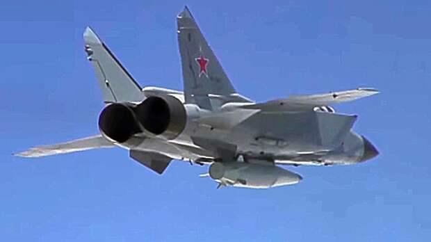 Сверхзвуковой истребитель-перехватчик МиГ-31К с гиперзвуковой ракетой «Кинжал» во время летно-тактических учений