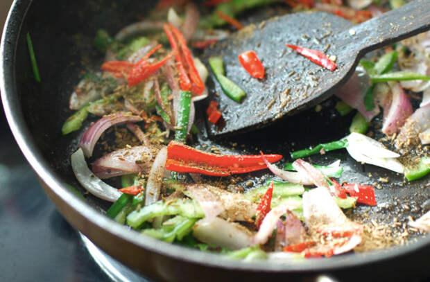 Добавляем сахар в маринад во время готовки: мясо и овощи становятся вкуснее