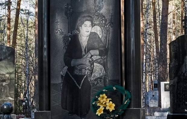 Надгробье с изображением женщины. | Фото: amusingplanet.com.