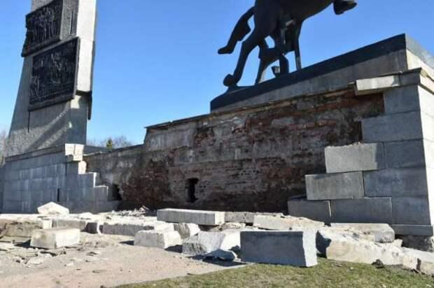 В ночь на воскресенье в Великом Новгороде обрушилась стена монумента Победы
