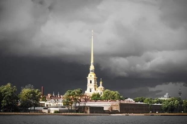 Два человека пострадали из-за непогоды в Сантк-Петербурге